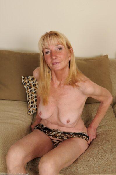 Femme cougar seule qui a une grosse envie